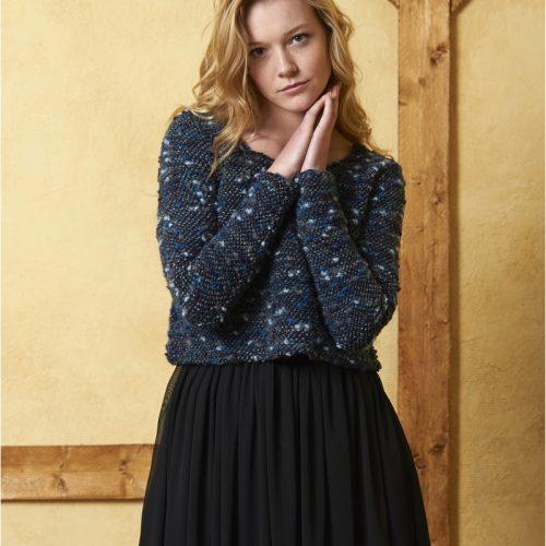 Vestido de color azul con la falta en color negro
