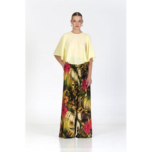 Pantalon largo ancho de color negro con estampado de flores y hojas