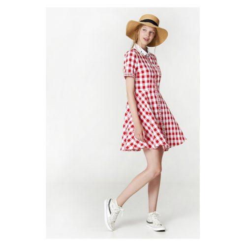 Vestido de cuadro rojos y blanco con el cuello redondo y manga corta