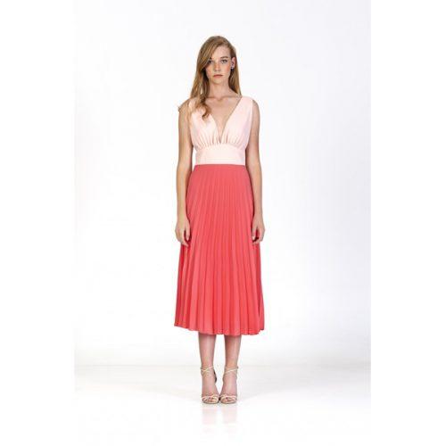 Vestido corto de color coral con falda por debajo de las rodillas y espalda descubierta y pecho en pico