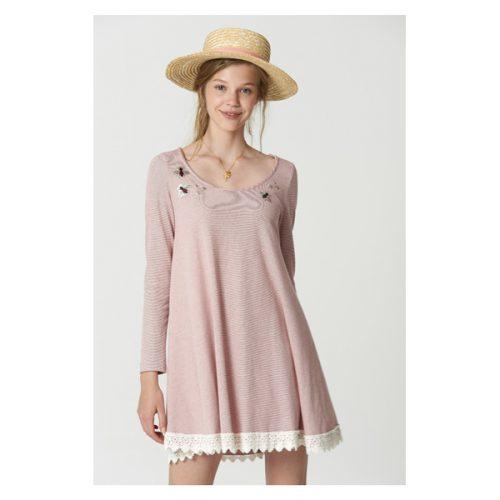 Vestido corto de manga larga de color rosa palo y con puntilla en los filos del vestido