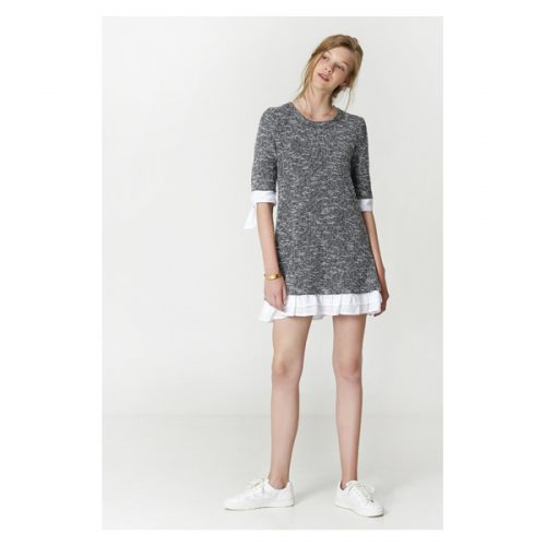 Vestido corto con manga al codo y de color gris oscuro con lazo en la manga