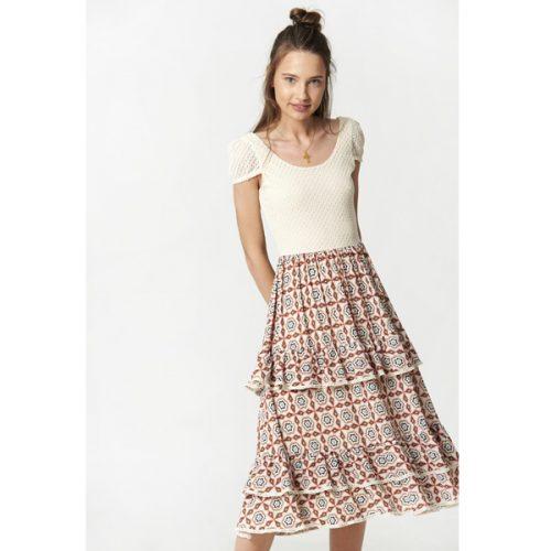 Vestido por debajo de la rodilla y manga corta de color beig y la falda con estampado de formas