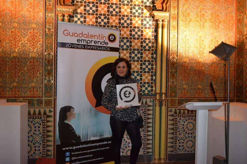 Mari Carmen con el Premio Joven Empresario